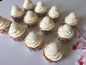 Raffaello-Cupcakes mit weißem Schokofrosting