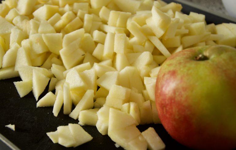 Apfelscheiben für winterlichen Apfelkuchen mit Streuseln