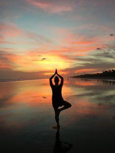 Yoga im Sonnenuntergang, Las Lajas, Panama
