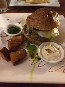 Alpaka Burger im Tree House in Aguas Calientes